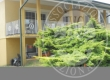 Edificio residenziale tricamere e limitrofi appezzamenti di terreno.