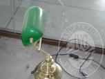 Immagine di lampada da tavolo con paralume in vetro di colore verde