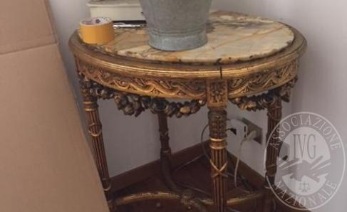 Immagine di Lotto 4: Tavolino ovale in legno dorato con piano in marmo