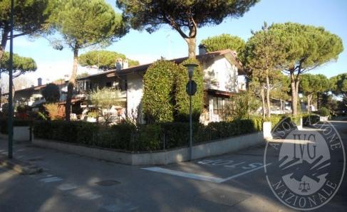 Immagine di Unita' immobiliare residenziale del tipo a schiera oltre ad autorimessa e scoperto.